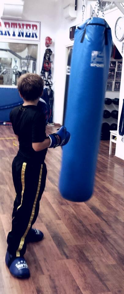 bambino  durante allenamento di boxe
