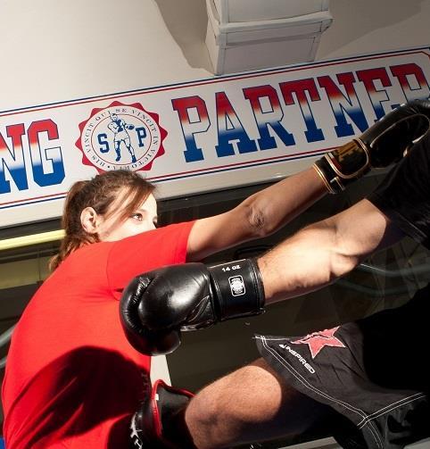 allieva durante lezione di kickboxing