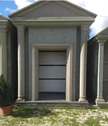 vista frontale di una tomba di famiglia in un cimitero