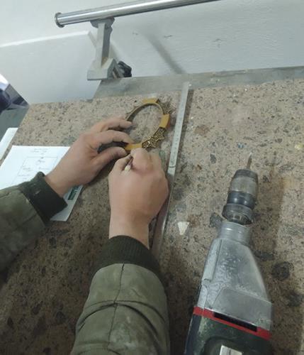 scultore sta preparando un oggetto in marmo
