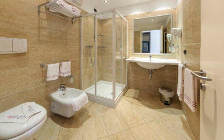 motel giglio bagni spaziosi con doccia