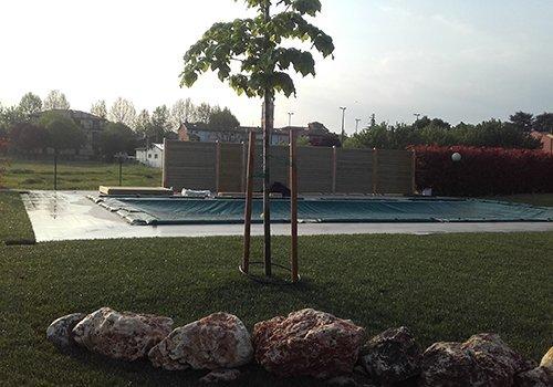 Giardino e protezione vicina alla piscina