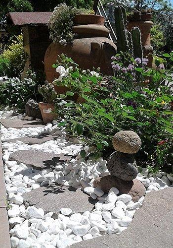 Cammino di pietre bianche