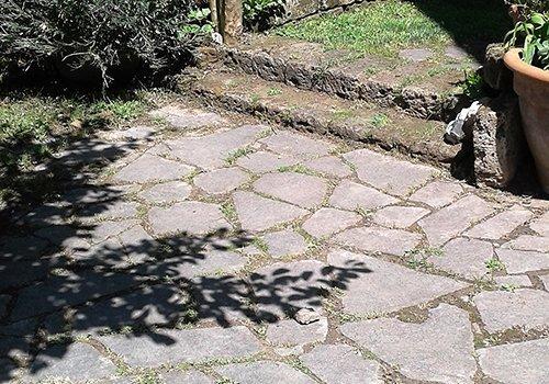 Cammino di lastre di pietra
