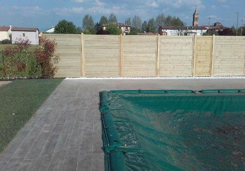 uno steccato di legno alto