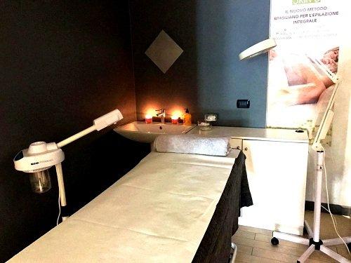 un lettino e delle lampade in un centro estetico