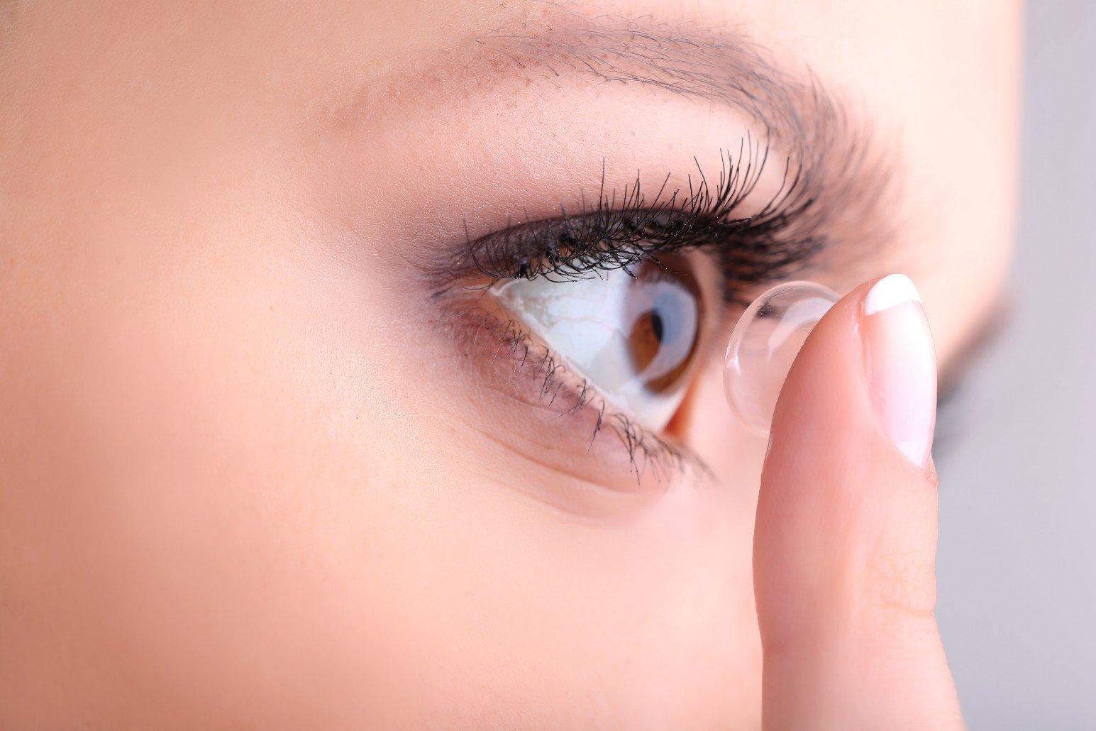 una donna che si mette una lente a contatto