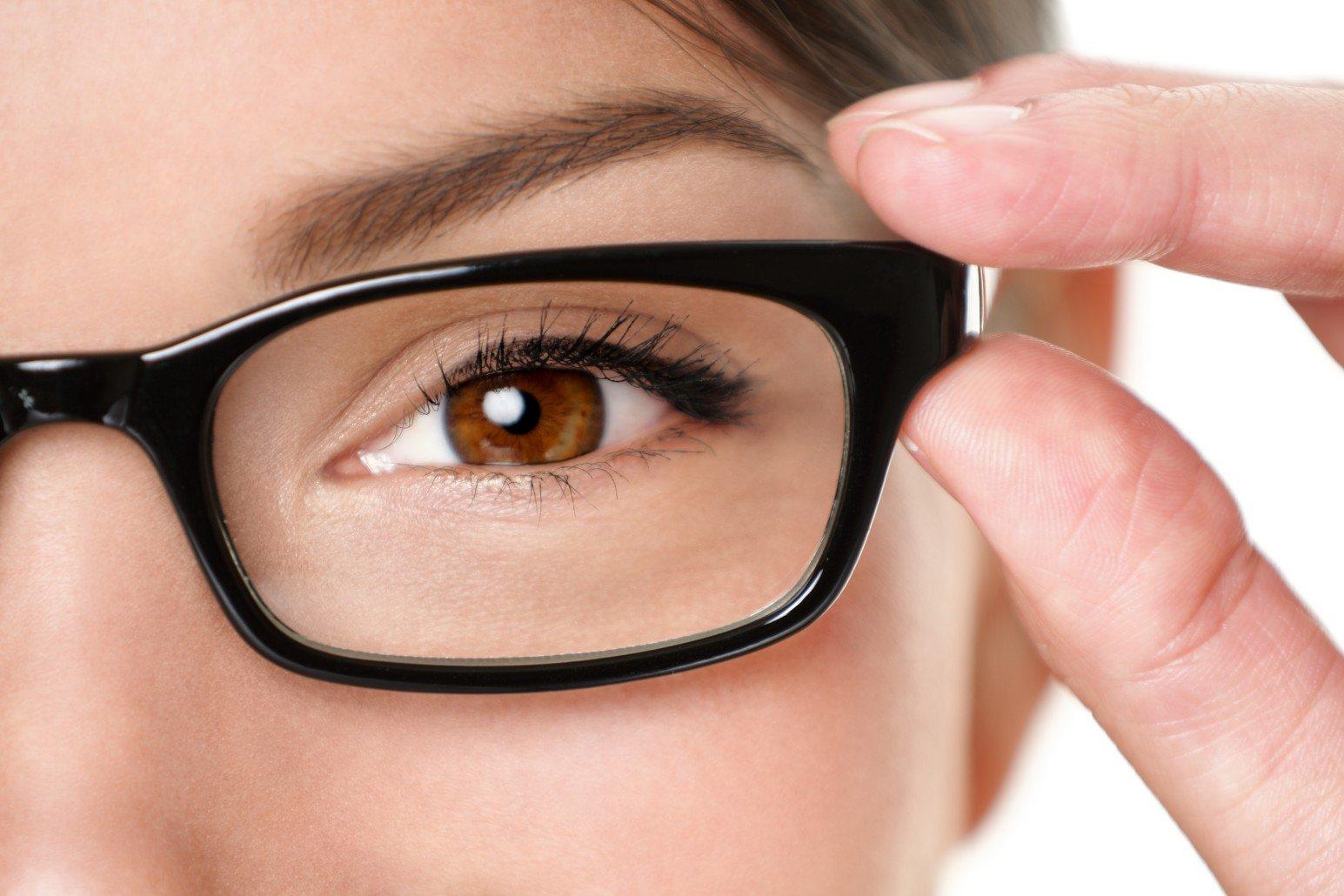 una donna mentre prova degli occhiali da vista
