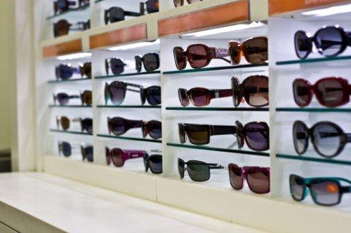 una vetrina con degli occhiali da sole