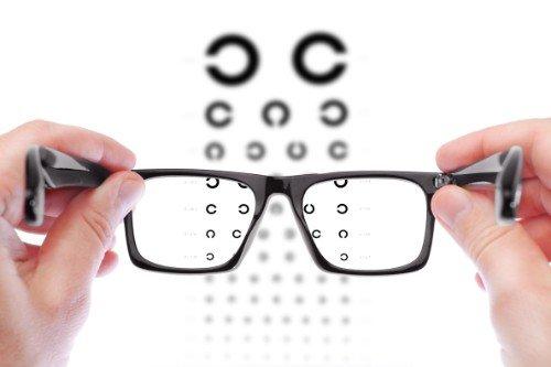 due mani con degli occhiali da visita