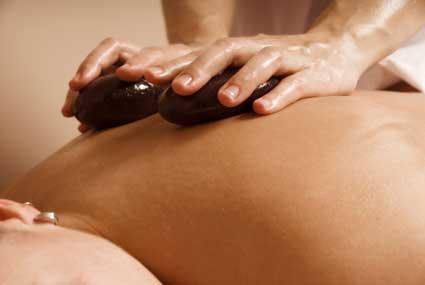 massaggio alla schiena con sassi caldi