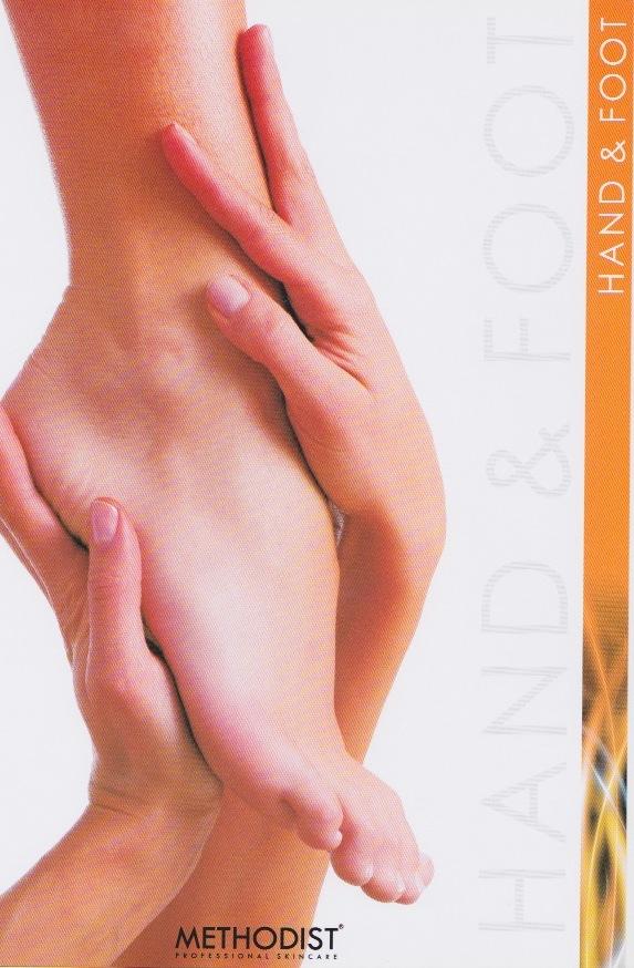 mani che tengono un piede