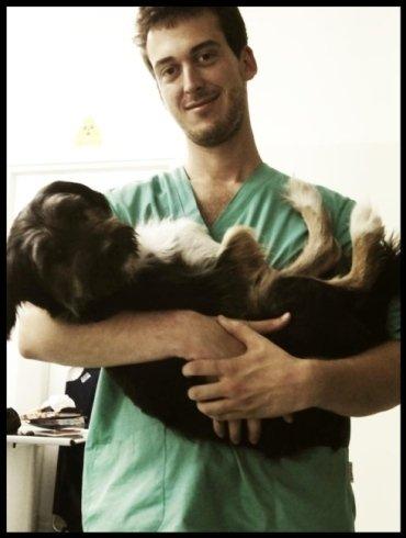 Luca abbraccia Nedo, randagio adottato dall'ambulatorio