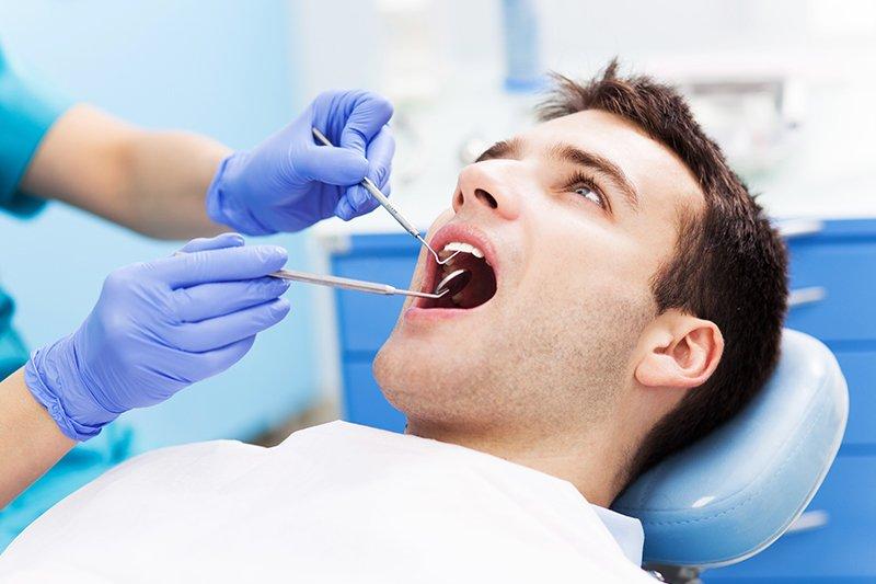 Ragazza durante una visita dentistica