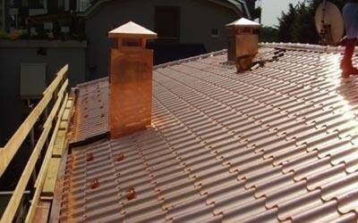 tetto con comignoli e lattonerie