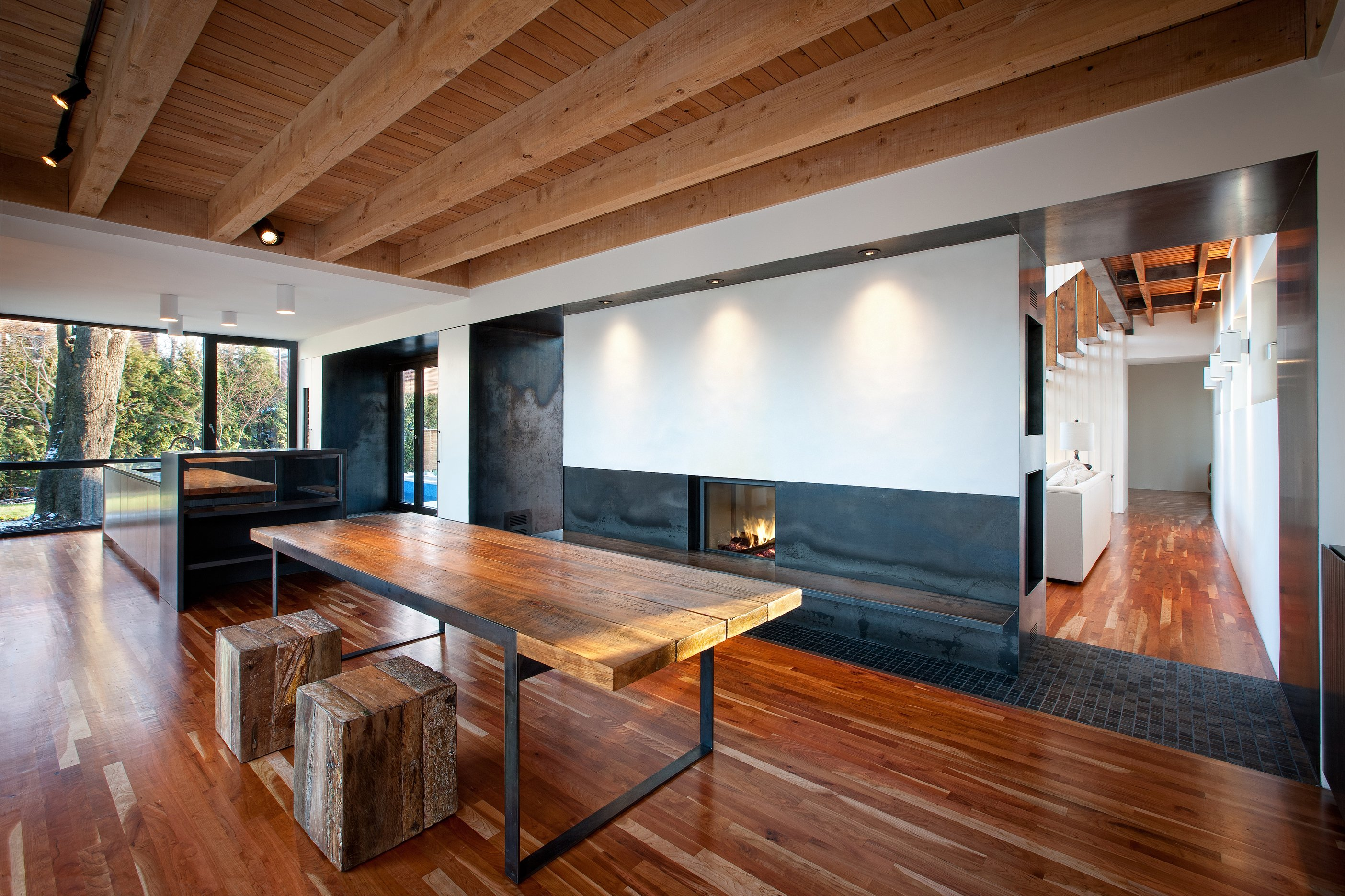 Una sala da pranzo con i pavimenti in legno e una stufa
