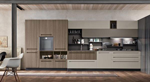 una cucina  di color crema e legno chiaro