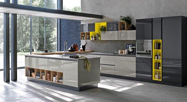 una cucina angolare gialla e grigia
