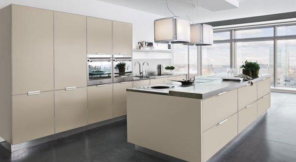 una cucina di color crema con una pensiola