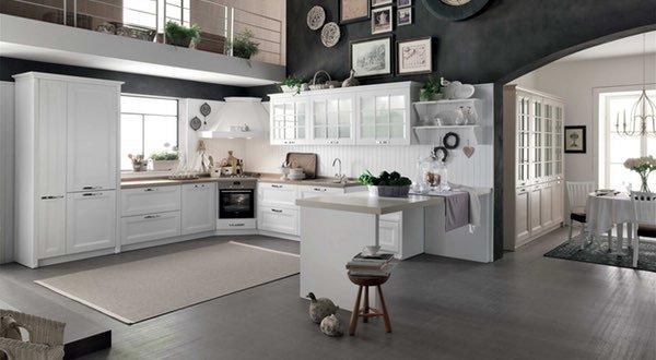 una cucina ad angolo di color bianco