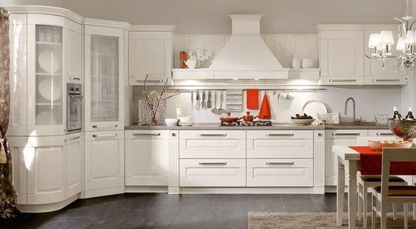 una cucina in legno e una lampadario a sospensione