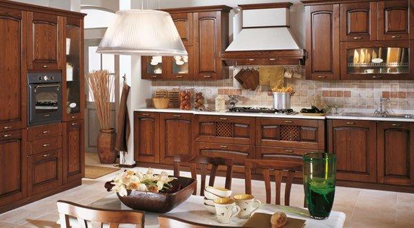 una cucina in legno con un tavolo