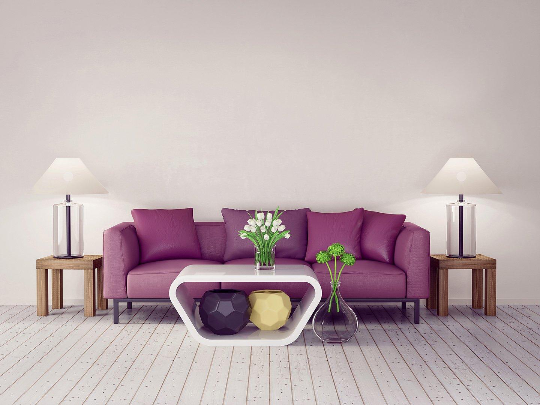 divano viola con tavolino e fiori