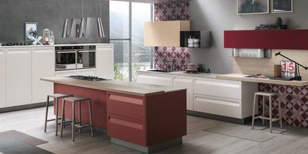 Cucina aperta bianca e rossa
