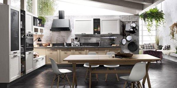 Cucina bianca con armadi in legno e pareti in pietra