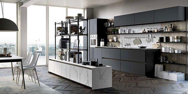 Grande cucina aperta di  colore nero
