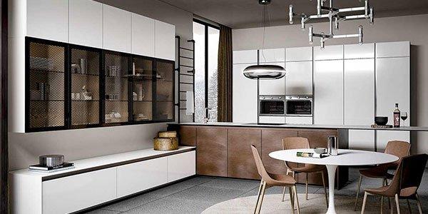 Grande cucina aperta di colore bianco