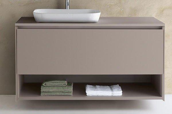 bagno marrone con lavandino bianco