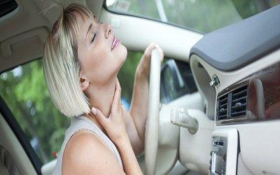 una donna bionda in macchina