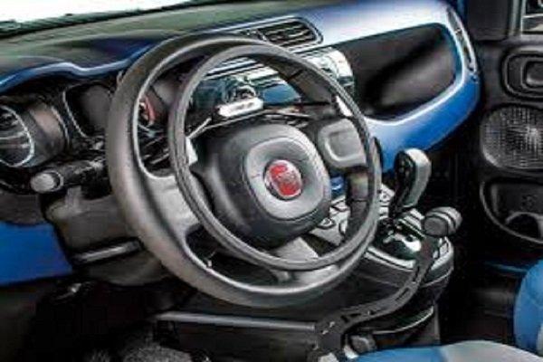 un volante di una macchina con comandi manuali