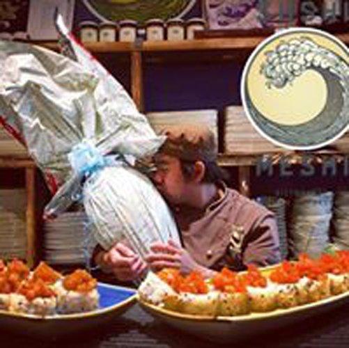 cuochi mentre preparano i piatti sul banco pronti da servire