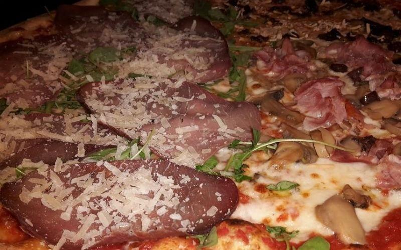 Pizza speciale con bresaola