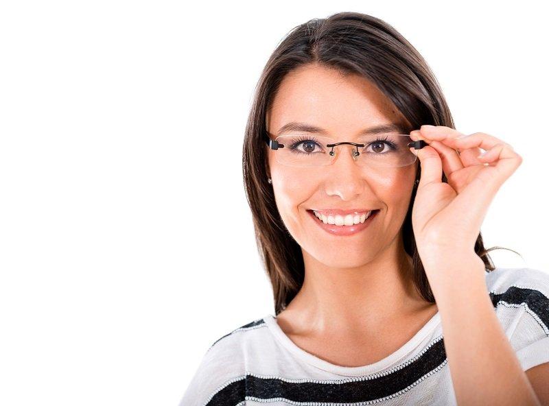 Giovane donna provandosi un paio di occhiali di vetri senza montatura
