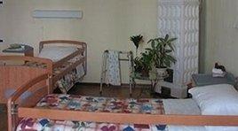 stanza della casa di riposo con due letti