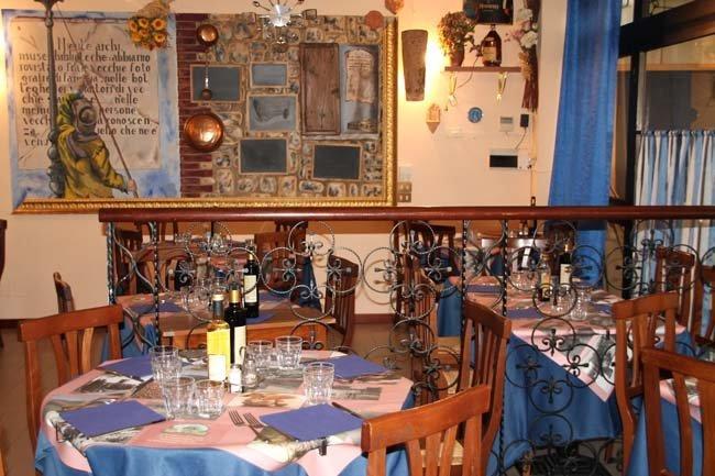 tavoli apparecchiati con tovaglie blu