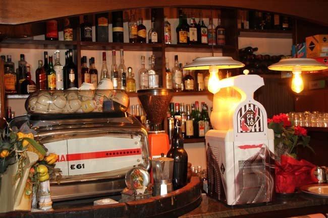 bancone di un bar, macchian del caffè e due lampade
