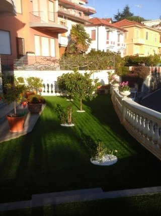 terrazze con erba sintetica