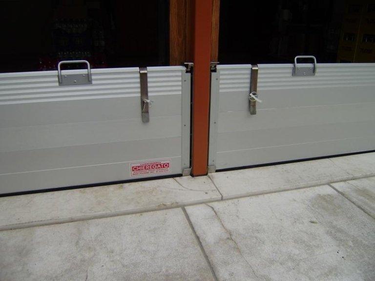 primo piano paratia metallica di un garage doppio