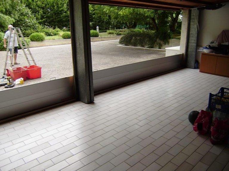 vista di una paratia metallica dall'interno di un garage