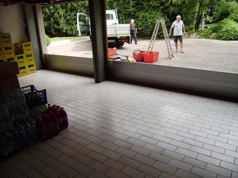 paratia antiallagamento all'esterno di un garage