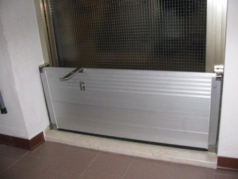 paratia metallica antiallagamento alla porta di casa