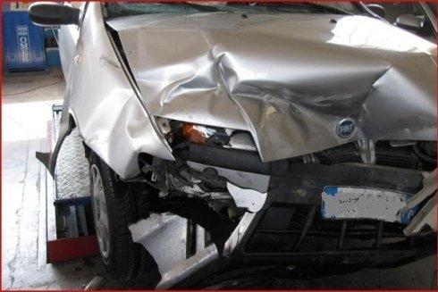 auto incidentata sul fanale anteriore
