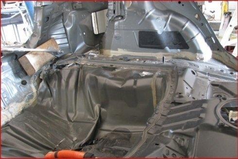 interno di un veicolo in riparazione dal carrozziere