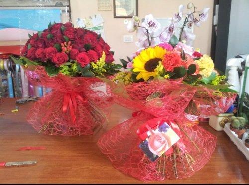 Dei bouquet di fiori colorati