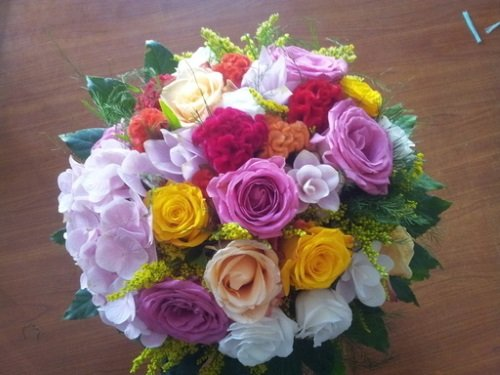 Un bouquet di fiori e rose di vari colori