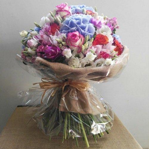un mazzo di fiori di vari colori